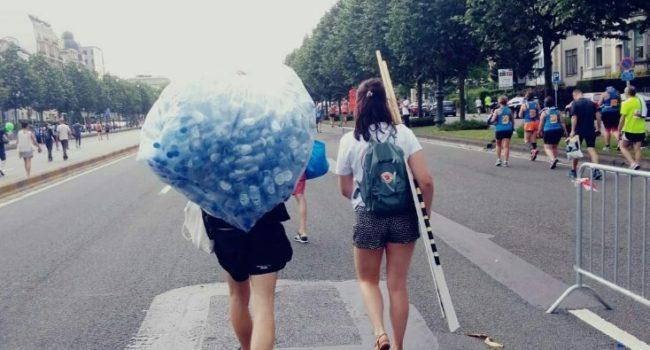 Actievoerders brengen plastic afvalberg terug naar waterproducent Spa